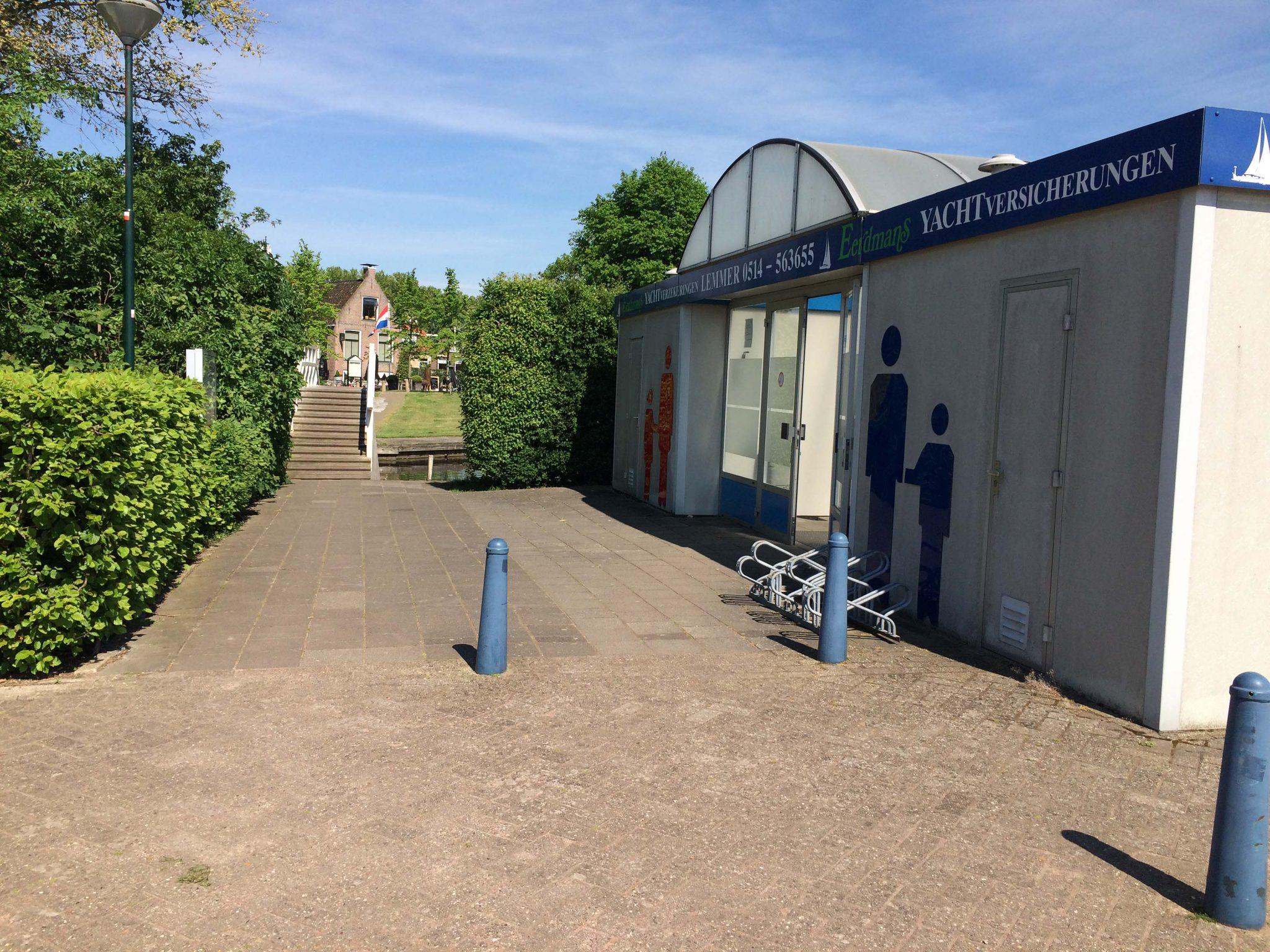 Sanitairgebouw & voetgangersburg naar Sloten