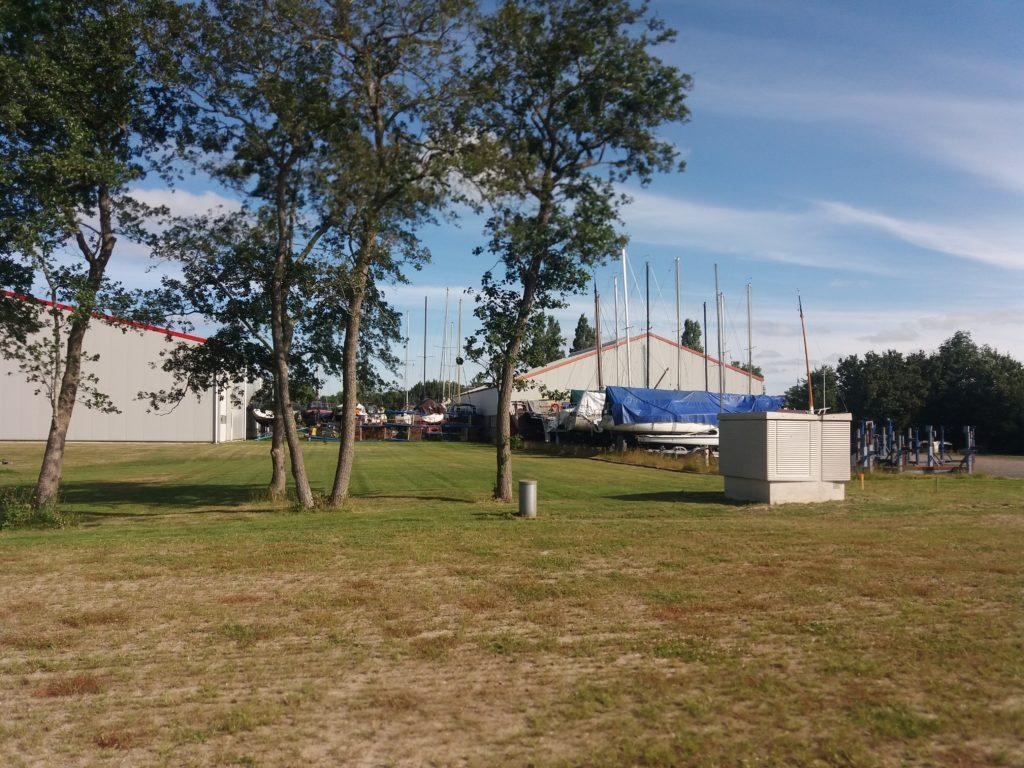 Twee grote loodsen. Stalling van boten in de wintermaanden. Caravanstalling en Camperstalling in de zomermaanden.