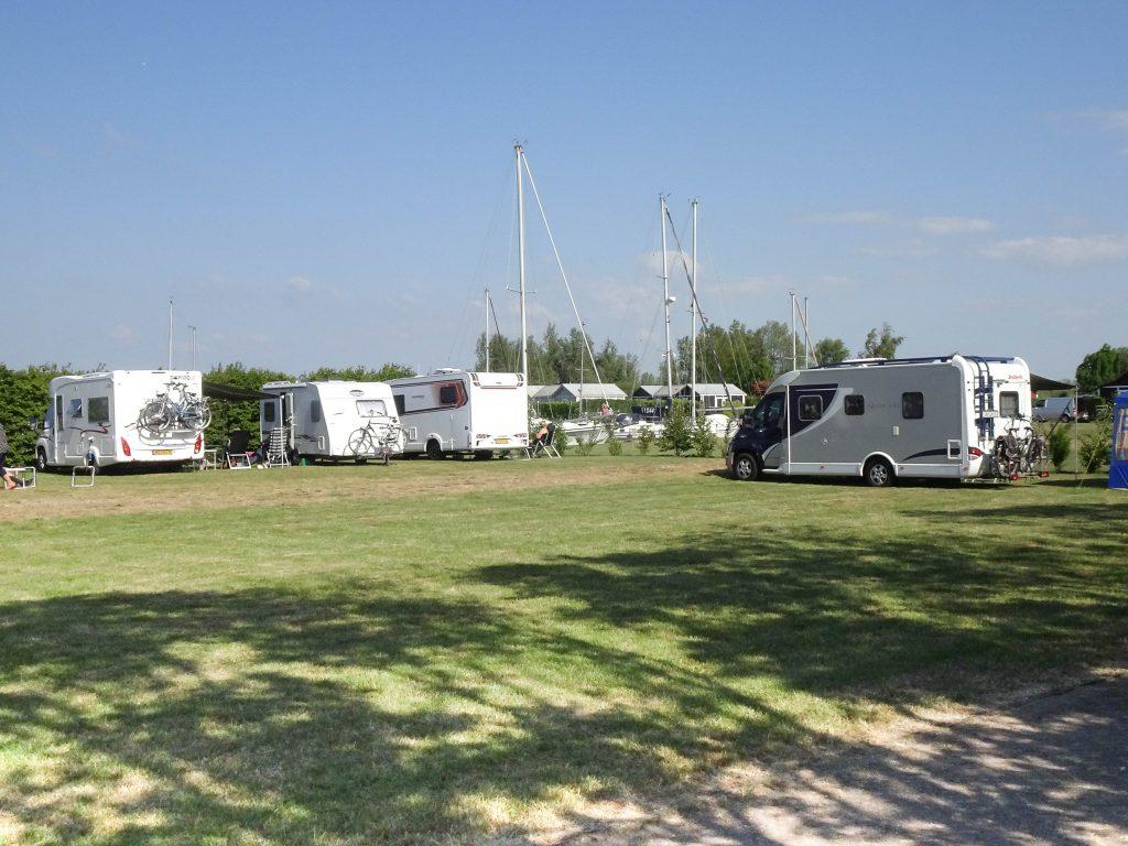 Camperplaatsen op het campeerveld