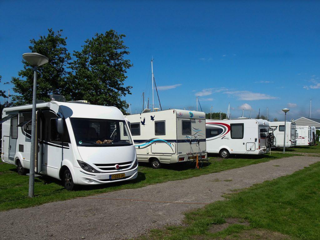 Camperplaatsen op campeerveld